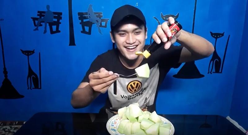 makan melon dan kecap